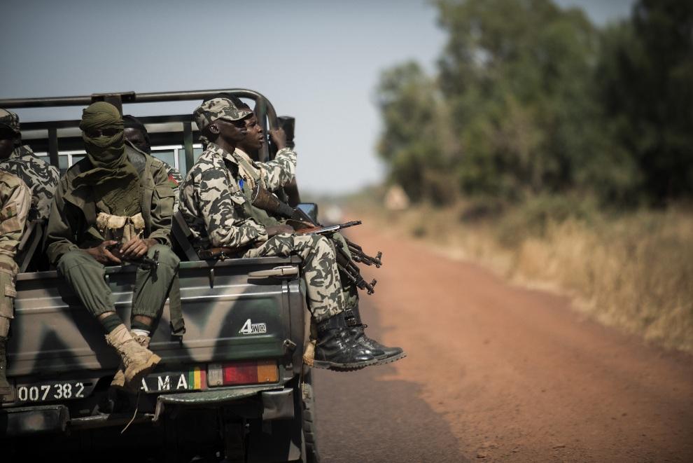 9.MALI, Markala, 18 stycznia 2013: Malijscy żołnierze w drodze do Niono. AFP PHOTO / FRED DUFOUR