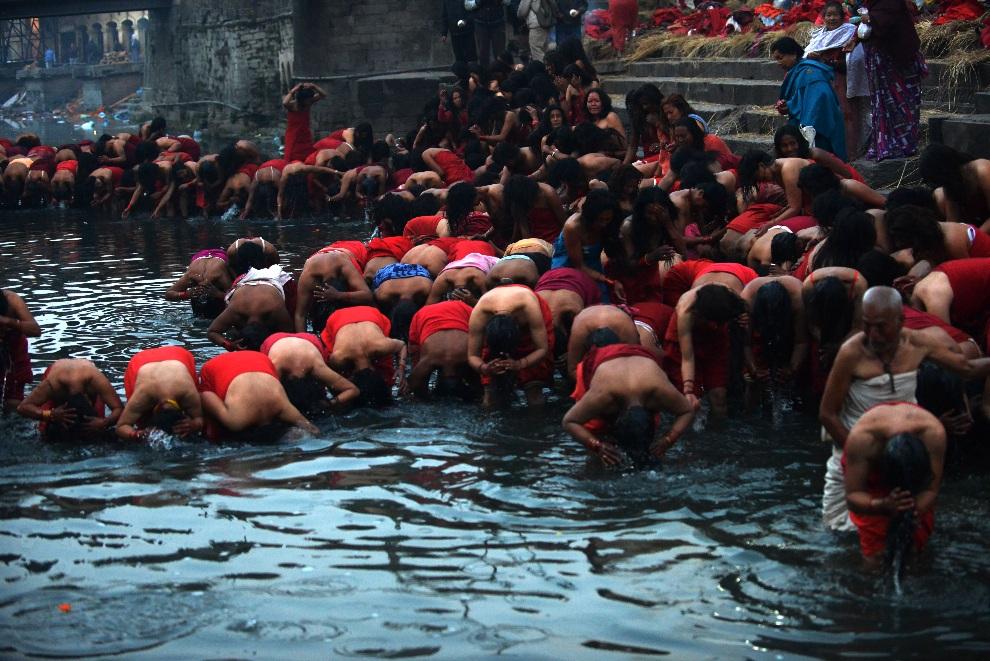 10.NEPAL, Kathmandu, 10 lutego 2013: Wierni w trakcie rytualnej kąpieli w pobliżu świątyni  Paszupatinath. AFP PHOTO/Prakash MATHEMA