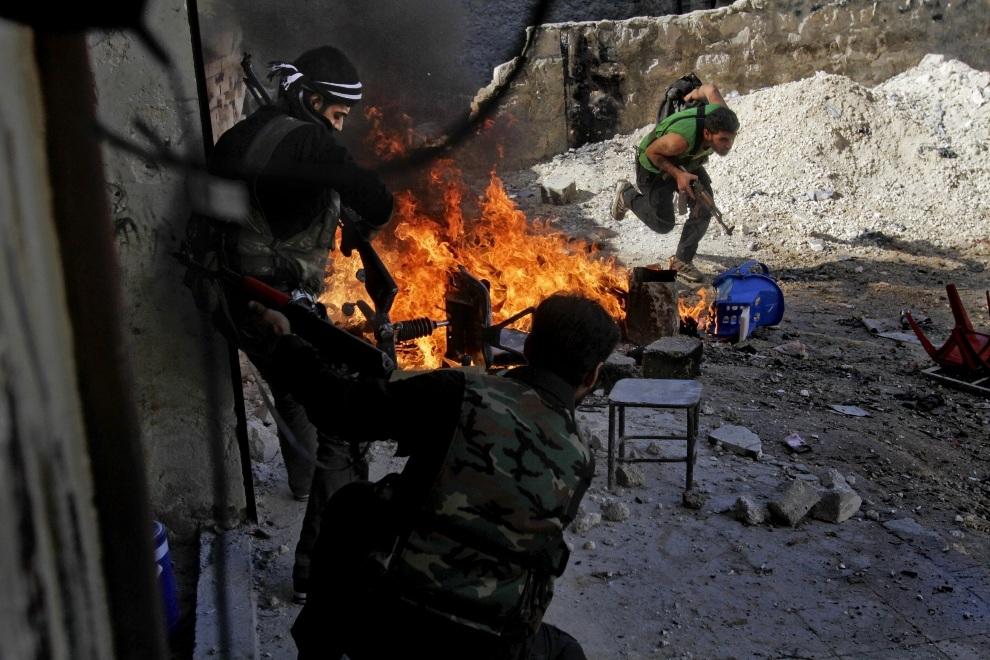 10.SYRIA, Aleppo, 13 listopada 2012: Rebelianci z oddziału Halab al-Shabah podczas walk w Aleppo. AFP PHOTO/JAVIER MANZANO