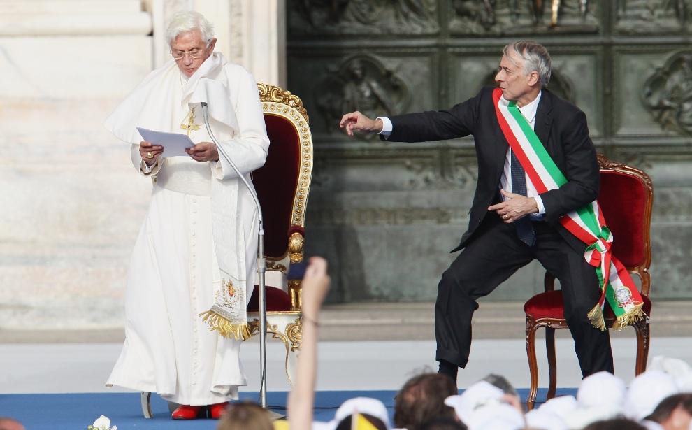 10.WŁOCHY, Mediolan, 1 czerwca 2012: Burmistrz Mediolanu, Giuliano Pisapia, stara się pomóc Benedyktowi XVI podczas wystąpienia. (Foto: Vittorio Zunino   Celotto/Getty Images)