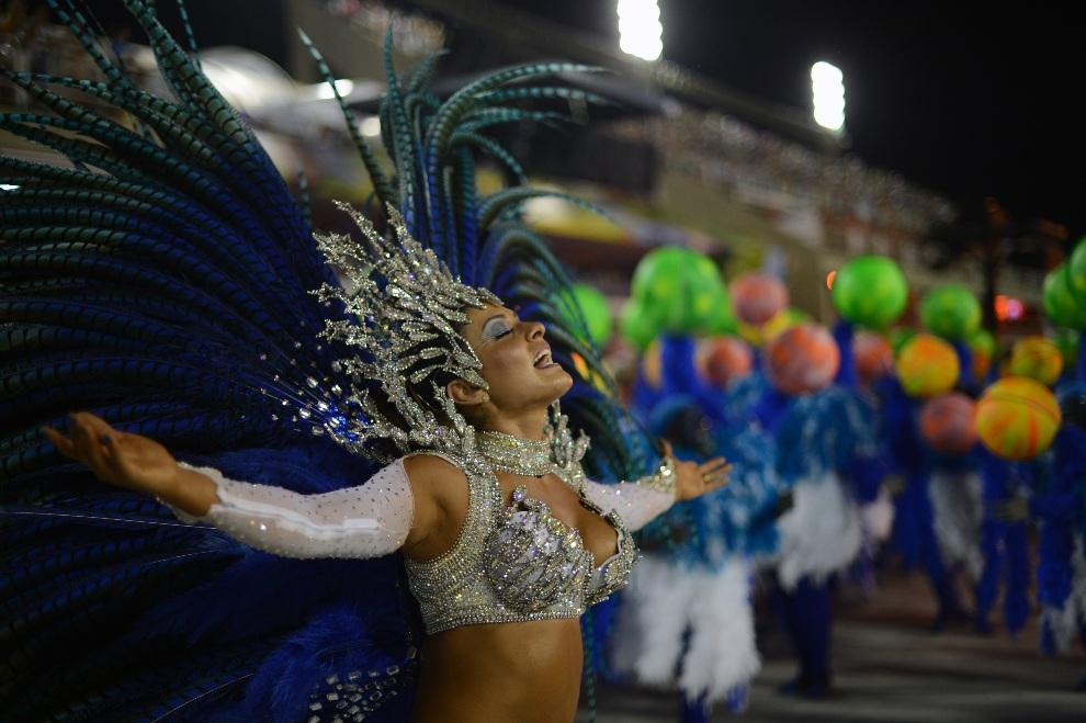 11.BRAZYLIA, Rio de Janeiro, 12 lutego 2013: Tancerka reprezentująca szkołę Vila Isabel. AFP PHOTO / CHRISTOPHE SIMON