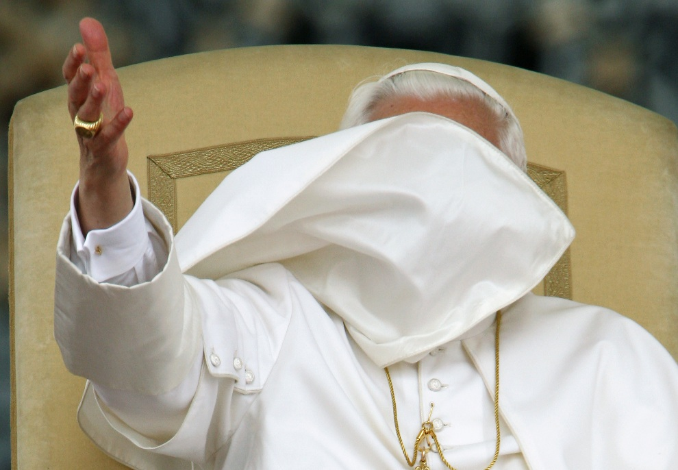 11.WATYKAN, 6 czerwca 2007: Benedykt  XVI błogosławi wiernych zebranych na Placu Św. Piotra. AFP