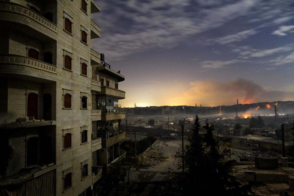 11.SYRIA, Aleppo, 1 grudnia 2012: Dym unoszący się nad ostrzelanymi dzielnicami Hanano i Bustan al-Basha. AFP PHOTO / JAVIER MANZANO