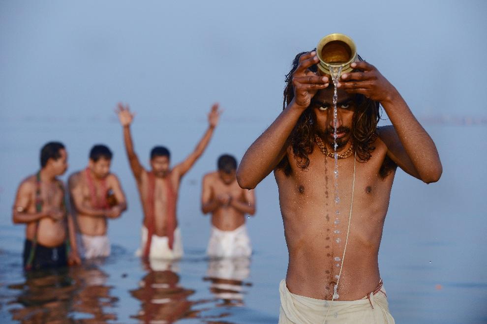 12.INDIE, Allahabad, 10 lutego 2013: Wierni podczas modlitwy w wodach Gangesu. AFP PHOTO/ROBERTO SCHMIDT
