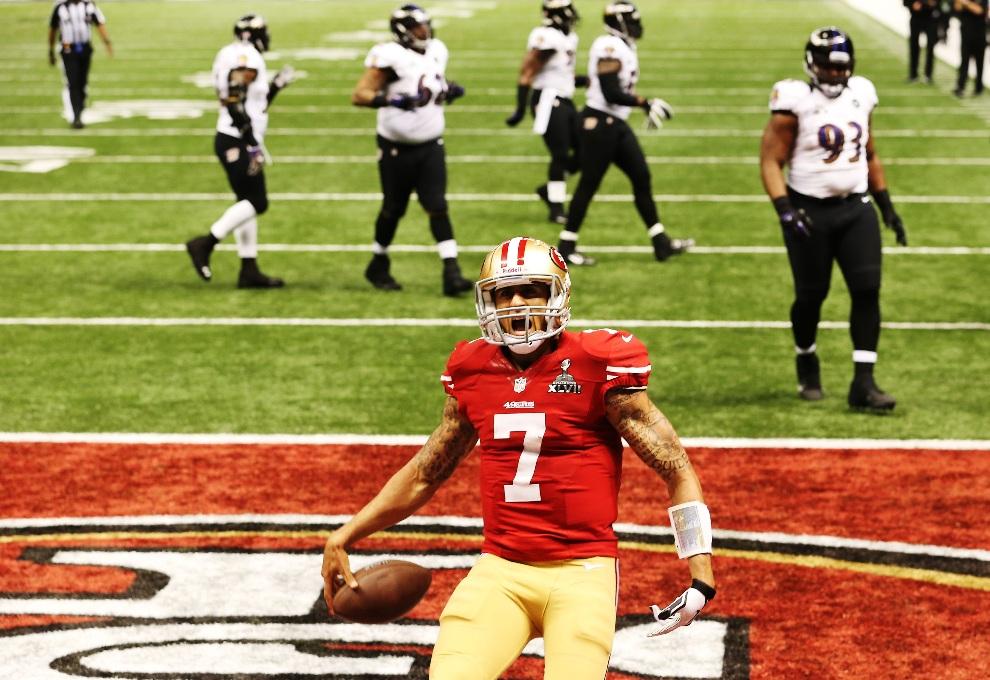 12.USA, Nowy Orlean, 3 lutego 2013: Colin Kaepernick (#7) z San Francisco 49ers cieszy się ze zdobytych punktów. (Foto: Ronald Martinez/Getty Images)