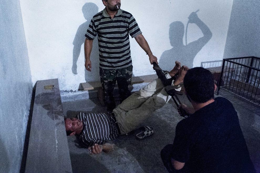 """12.SYRIA, Aleppo, 31 sierpnia 2012: Drugie miejsce w kategorii """"Spot News"""". Mężczyzna współpracujący z siłami rządowymi torturowany przez rebeliantów. EPA/Emin   Oezmen"""