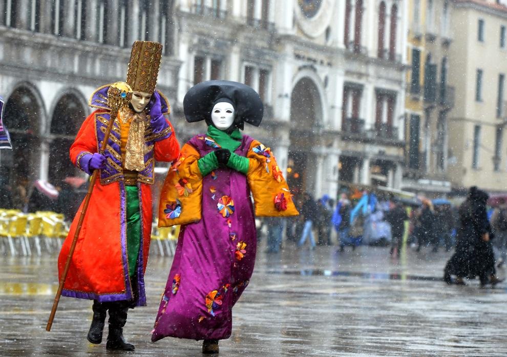 13.WŁOCHY, Wenecja, 11 lutego 2013: Uczestnicy karnawału na Placu Św. Marka. AFP PHOTO/ANDREA PATTARO