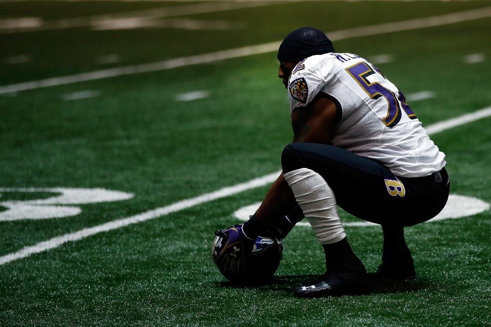 13.USA, Nowy Orlean, 3 lutego 2013: Ray Lewis (#52) z Baltimore Ravens podczas przerwy technicznej. (Foto: Chris Graythen/Getty Images)