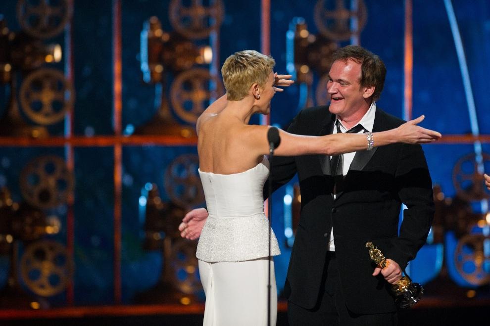 13.USA, Hollywood, 24 lutego 2013: Quentin Tarantino odbiera statuetkę z rąk Charlize Theron. EPA/MICHAEL YADA THE Dostawca: PAP/EPA