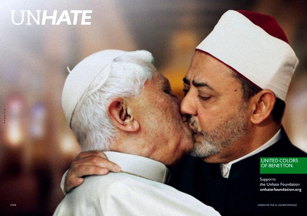 15.FRANCJA, Paryż, 16 listopada 2011: Fotomontaż przedstawiający całujących się papieża Benedykta XVI i  imama Ahmeda el Tayeba – element kampanii reklamowej   firmy Benetton. AFP PHOTO / UNHATE FOUNDATION BENETTON