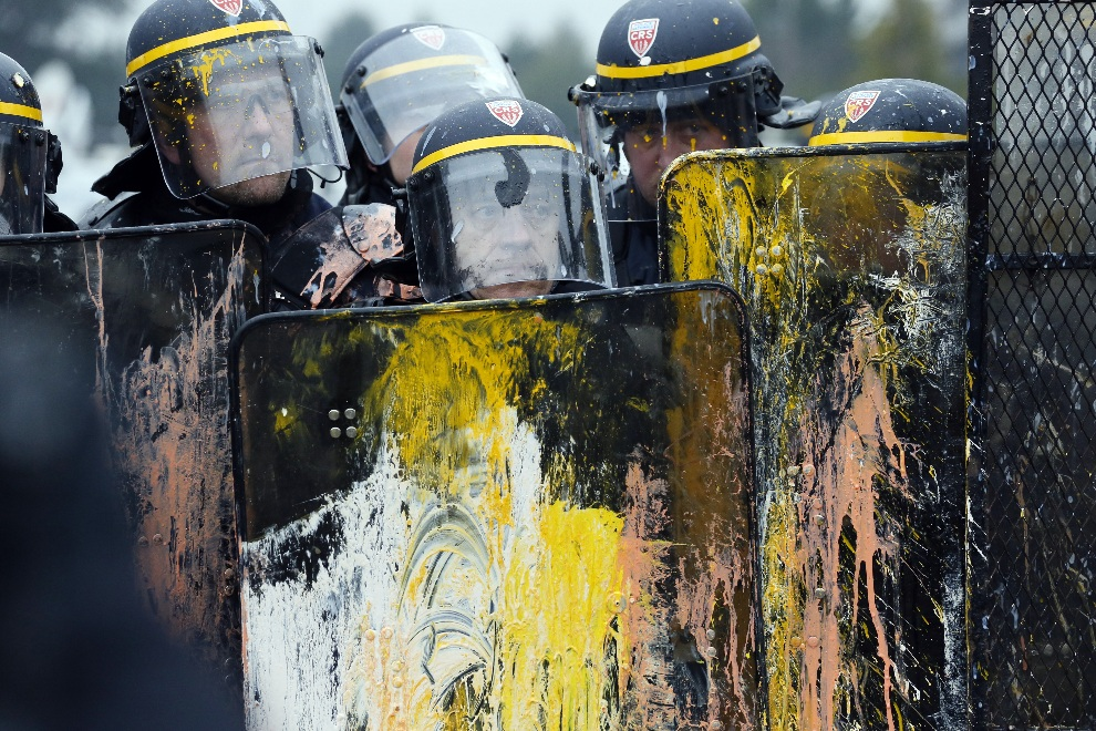 15.FRANCJA, Rueil-Malmaison, 12 lutego 2013: Policjanci zabezpieczający protest pracowników fabryki  opon Goodyear. AFP PHOTO PATRICK KOVARIK