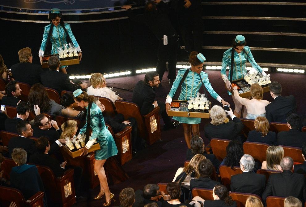 15.USA, Hollywood, 24 lutego 2013: Hostessy rozdają przekąski podczas uroczystej gali wręczania Oscarów. (Foto: Kevin Winter/Getty Images)