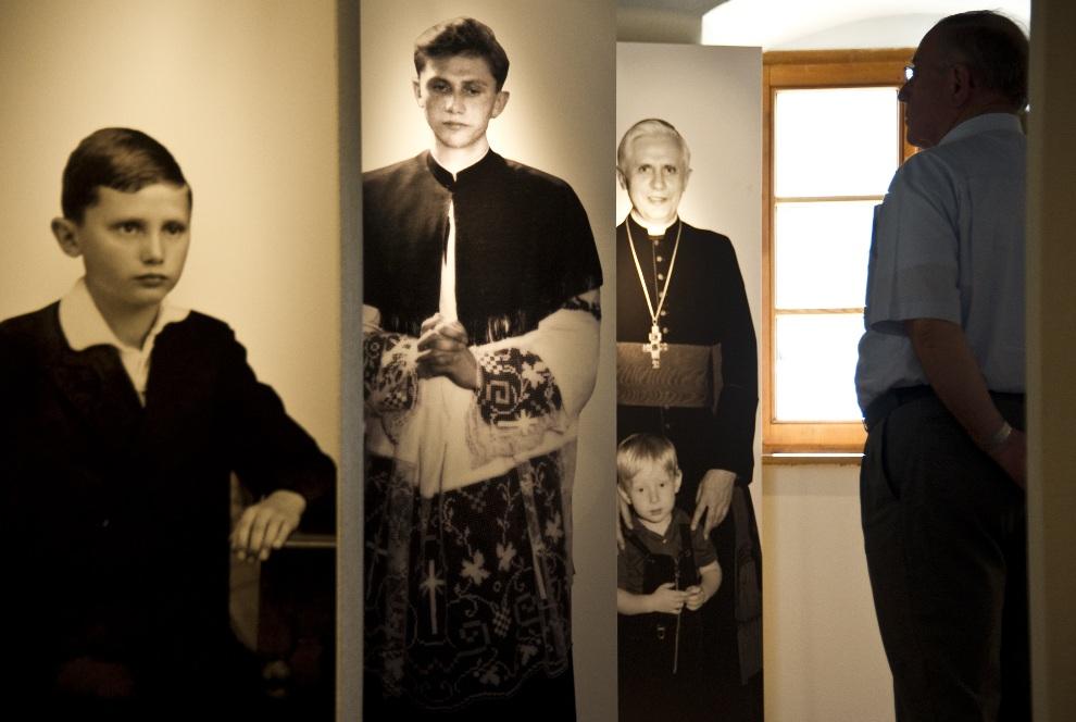16.NIEMCY, Marktl, 31 sierpnia 2011: Wnętrze domu, w którym urodził się Joseph Ratzinger. AFP PHOTO / JOHN MACDOUGALL