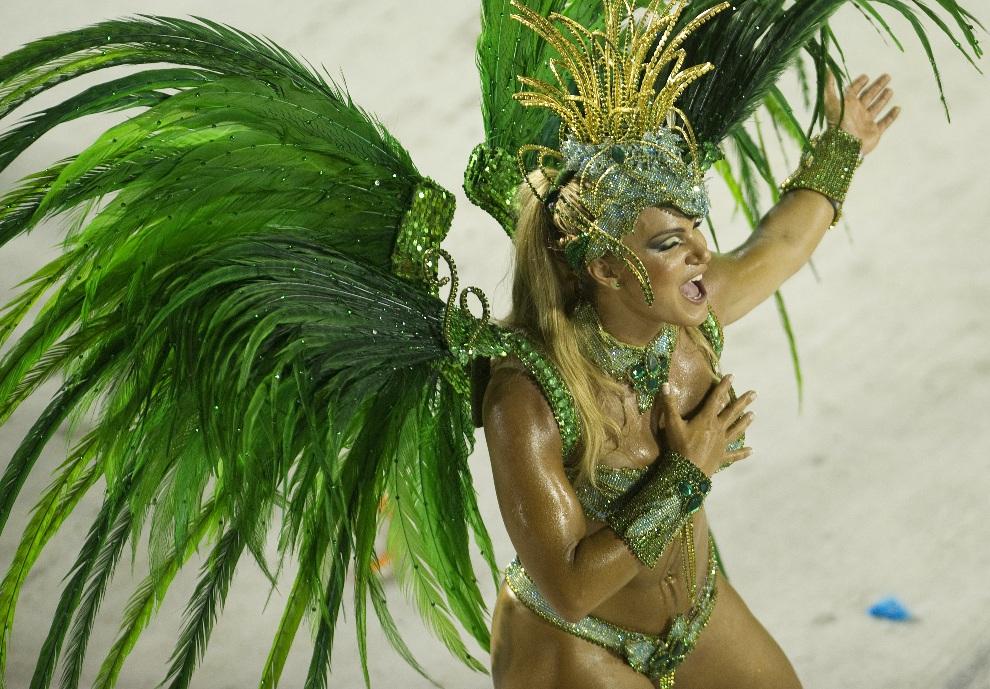 16.BRAZYLIA, Rio de Janeiro, 12 lutego 2013:  Tancerka ze szkoły Vila Isabel podczas występu na Sambodromie. AFP PHOTO ANTONIO SCORZA