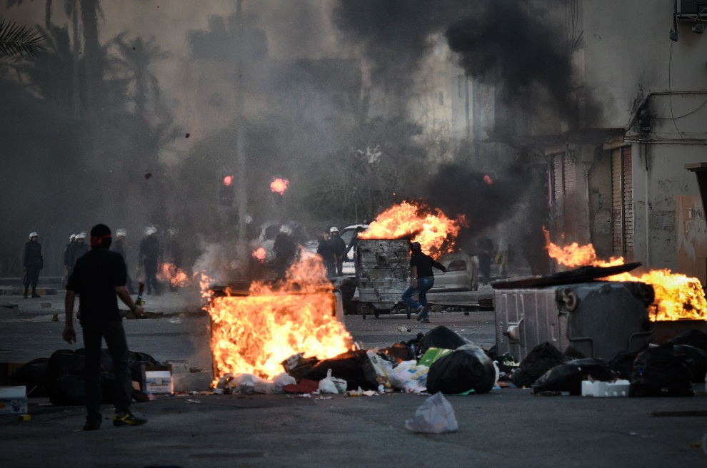 16.BAHRAJN, Sanabis, 14 lutego 2013: Szyici podczas starć z policją w drugą rocznicę ich powstania w Bahrajnie. AFP PHOTO/MOHAMMED AL-SHAIKH