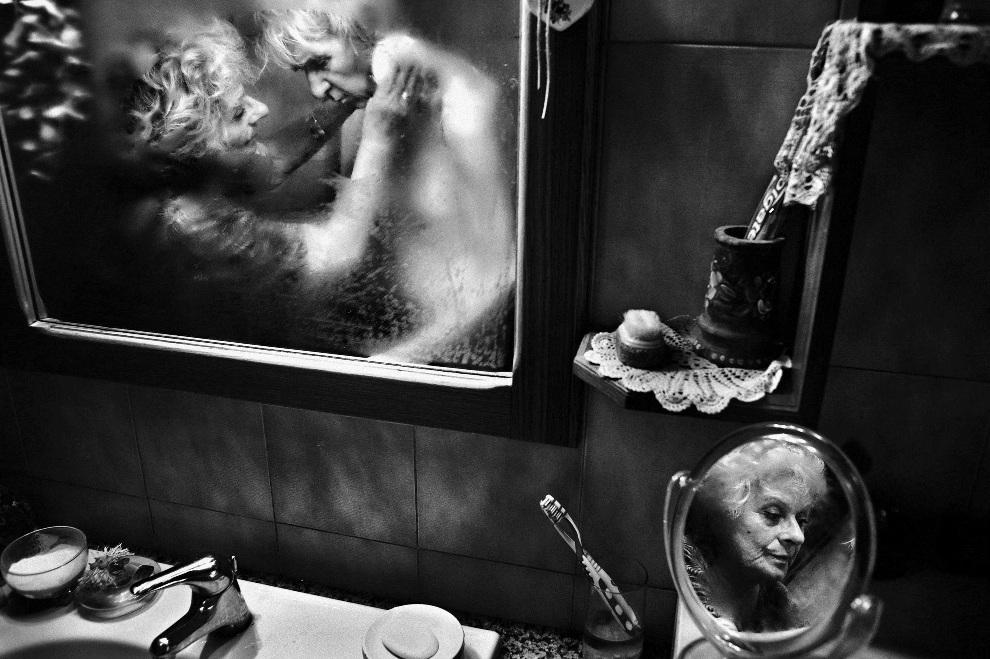 """16.WŁOCHY, Rzym, 1 czerwca 2012: Pierwsze miejsce w kategorii """"Daily Life Stories"""". Kobieta o imieniu Mirella zajmuje się mężem, Luiggim, chorym na Alzheimera.   EPA/FAUSTO PODAVINI"""