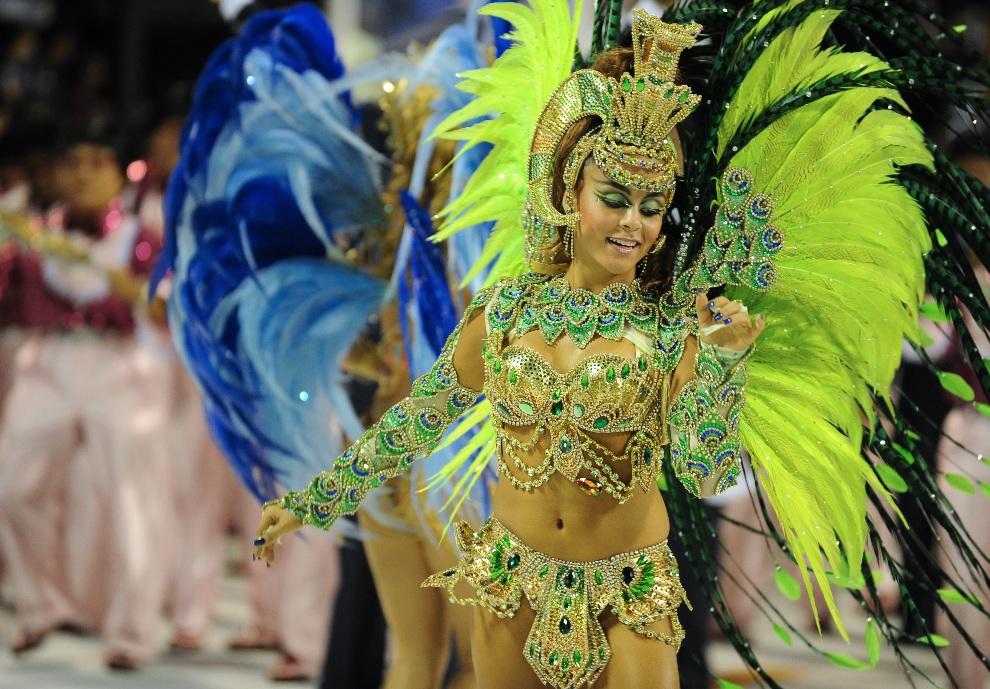 17.BRAZYLIA, Rio de Janeiro, 11 lutego 2013:  Tancerka reprezentująca szkołę Sao Clemente. AFP PHOTO / VANDERLEI ALMEIDA