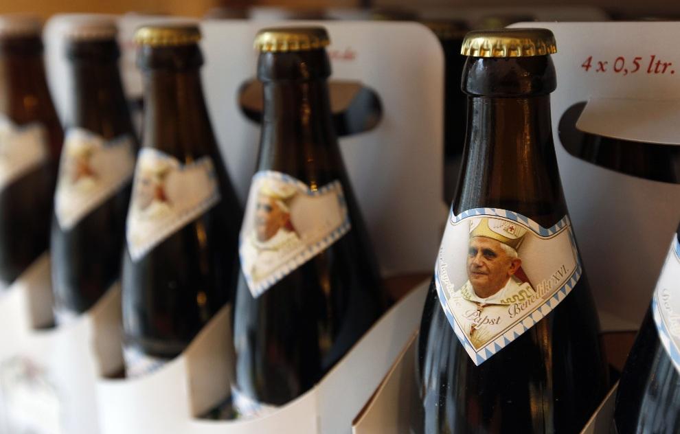 """17.NIEMCY, Marktl, 16 kwietnia 2010: Tzw. """"piwo papieskie"""" sprzedawane w jednym ze sklepów w Marktl. AFP PHOTO DDP/SEBASTIAN WIDMANN"""