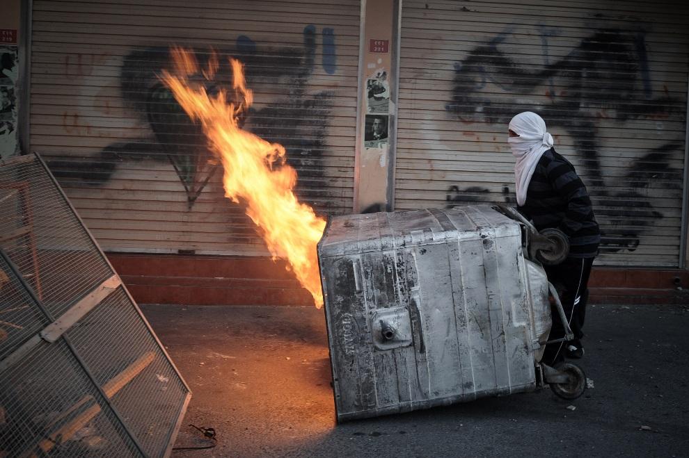 17.BAHRAJN, Sanabis, 14 lutego 2013: Barykada na ulicy w Sanabis podczas starć sunnitów z policją. AFP PHOTO/MOHAMMED AL-SHAIKH