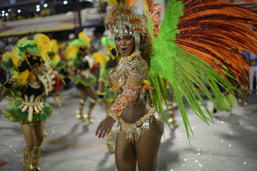 18.BRAZYLIA, Rio de Janeiro, 11 lutego 2013: Tancerka ze szkoły  Portela. AFP PHOTO / CHRISTOPHE SIMON