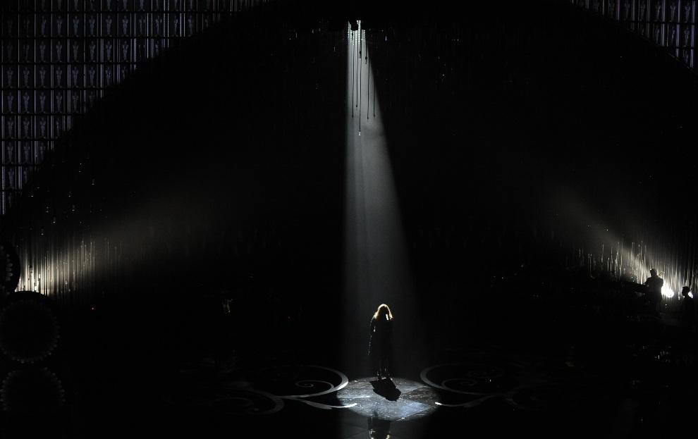 18.USA, Hollywood, 24 lutego 2013: Początek występu Adele podczas gali wręczenia Oscarów. AFP PHOTO/Robyn BECK
