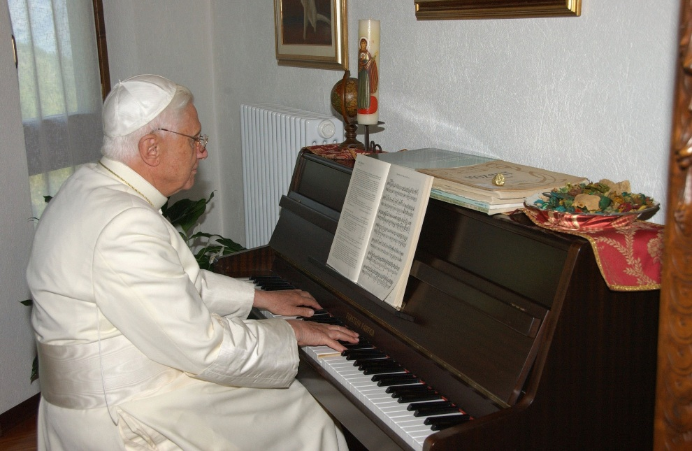 18.WŁOCHY, Les Combes, 17 lipca 2006: Benedykt  XVI gra na pianinie w swojej letniej rezydencji. Foto: L'Osservatore Romano Vatican Pool via Getty Images)