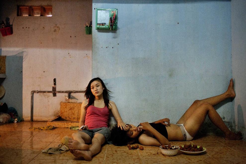 "18.WIETNAM, Da Nang, 22 czerwca 2012: Pierwsze miejsce w kategorii ""Contemporary Issues Stories"". Na jęciu Phan Thi Thuy Vy i Dang Thi Bich Bay - para z Wietnamu.   EPA/Maika Elan / Moss"