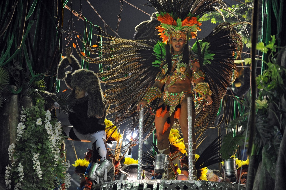 19.BRAZYLIA, Rio de Janeiro, 12 lutego 2013: Tancerka na platformie szkoły Imperatriz Leopoldinense. AFP PHOTO / VANDERLEI ALMEIDA