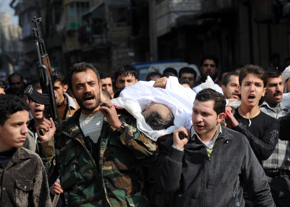 19.SYRIA, Aleppo, 15 lutego 2013: Pogrzeb rebelianta zabitego podczas walk w Aleppo. AFP PHOTO/BULENT KILIC