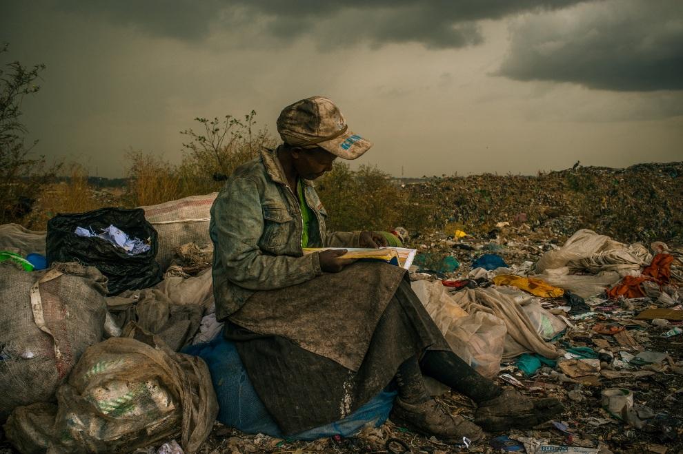 """19.KENIA, Nairobi, 3 kwietnia 2012: Pierwsze miejsce w kategorii """"Contemporary Issues Single"""". Kobieta zbierająca śmieci na wysypisku miejskim. AFP PHOTO/REDUX   IMAGES / Micah Albert"""