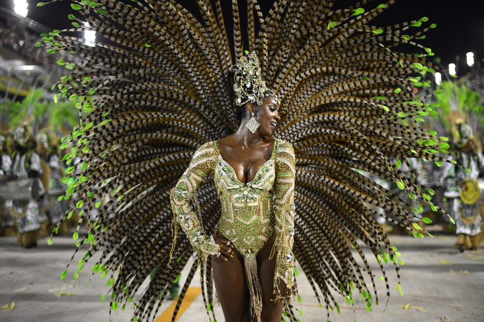 1.BRAZYLIA, Rio de Janeiro, 12 lutego 2013: Tancerka ze szkoły Imperatriz Leopoldinense. AFP PHOTO / CHRISTOPHE SIMON