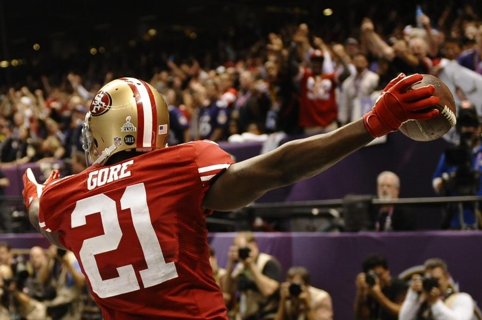 1.USA, Nowy Orlean, 3 lutego 2013: Frank Gore z San Francisco 49ers cieszy się z przyłożenia. AFP PHOTO / TIMOTHY A. CLARY
