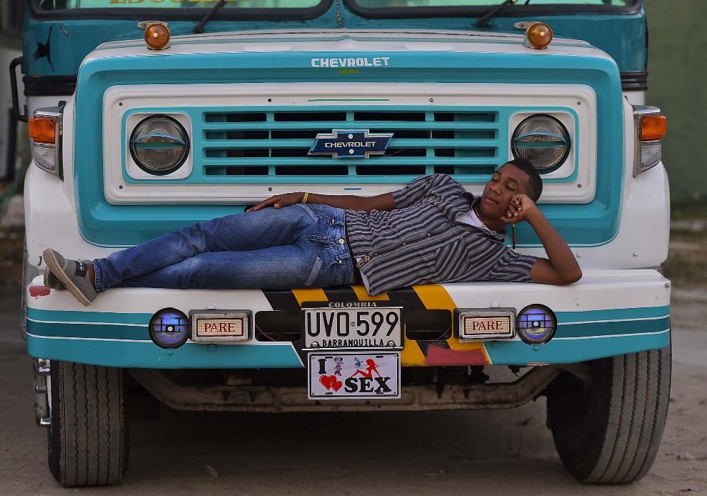 1.KOLUMBIA, Barranquilla, 11 lutego 2013: Kierowca autobusu odpoczywa w oczekiwaniu na tancerki podczas trzeciego dnia karnawału. AFP PHOTO/Luis Acosta