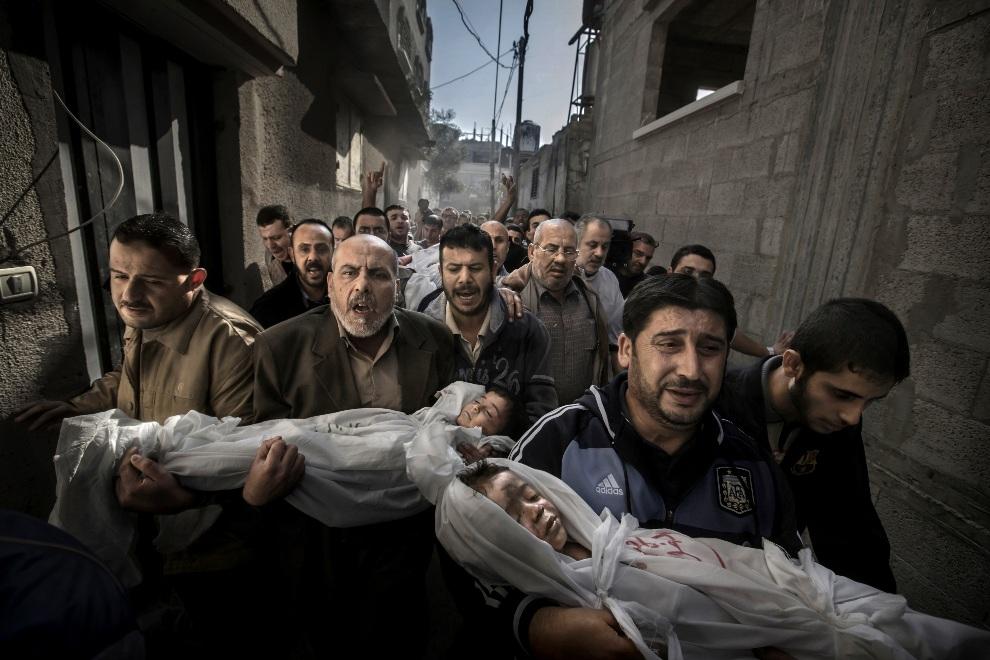 1.STREFA GAZY, 20 listopada 2012: Zdjęcie roku 2012. Ciała dwuletniej Suhaib Hijazi i jej trzyletniego brata Muhammada niesione przez rodzinę. Dzieci zginęły w   swoim domu w trakcie izraelskeigo ostrzału. AFP PHOTO / Dagens Nyheter/ PAUL HANSEN