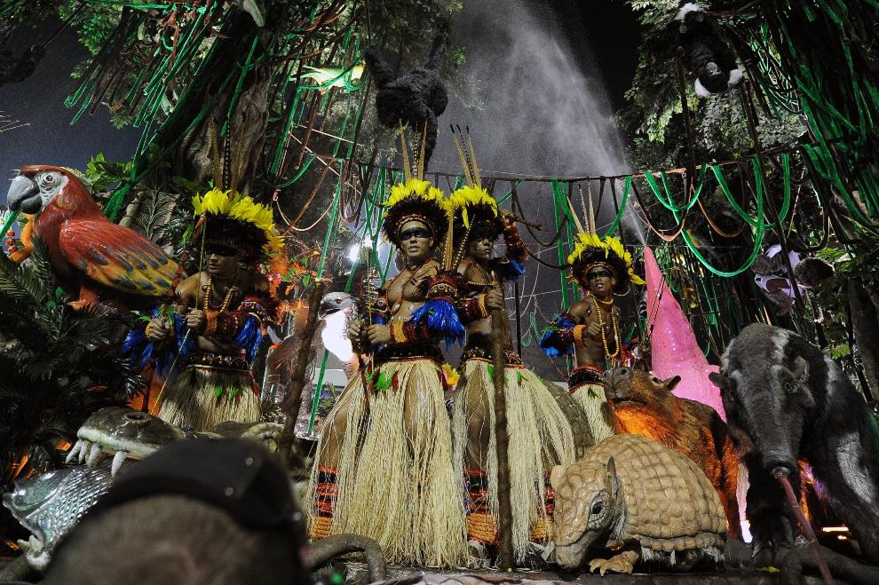 20.BRAZYLIA, Rio de Janeiro, 12 lutego 2013: Tancerze na platformie szkoły Imperatriz Leopoldinense. AFP PHOTO / VANDERLEI ALMEIDA