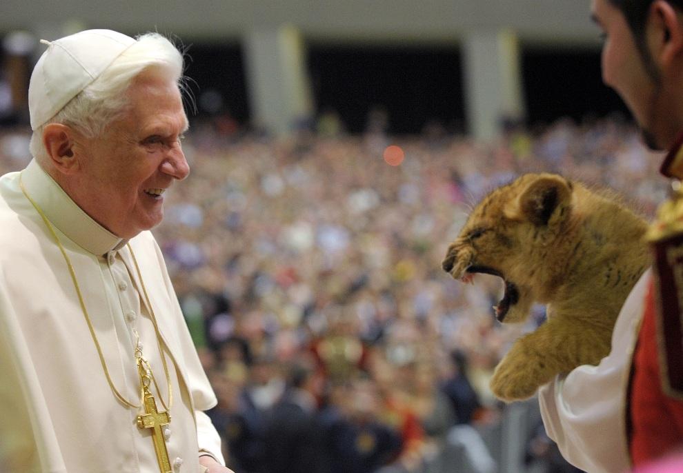 20.WATYKAN, 28 stycznia 2009: Benedykt  XVI podczas spotkania z pracownikami cyrku  Medrano. AFP PHOTO / OSSERVATORE ROMANO / HO RESTRICTED TO EDITORIAL USE