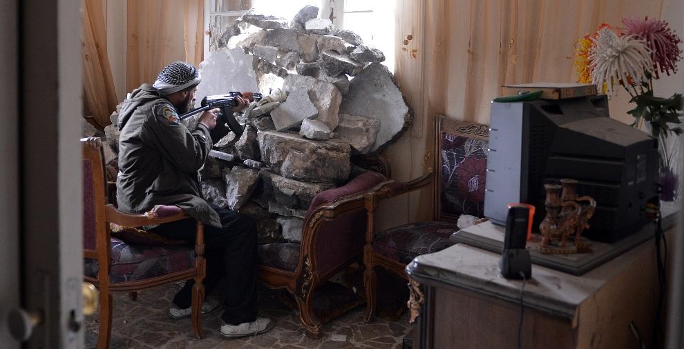 20.SYRIA, Aleppo, 9 lutego 2013: Rebeliant ostrzeliwujący oddziały prorządowe. AFP PHOTO/AAMIR QURESHI