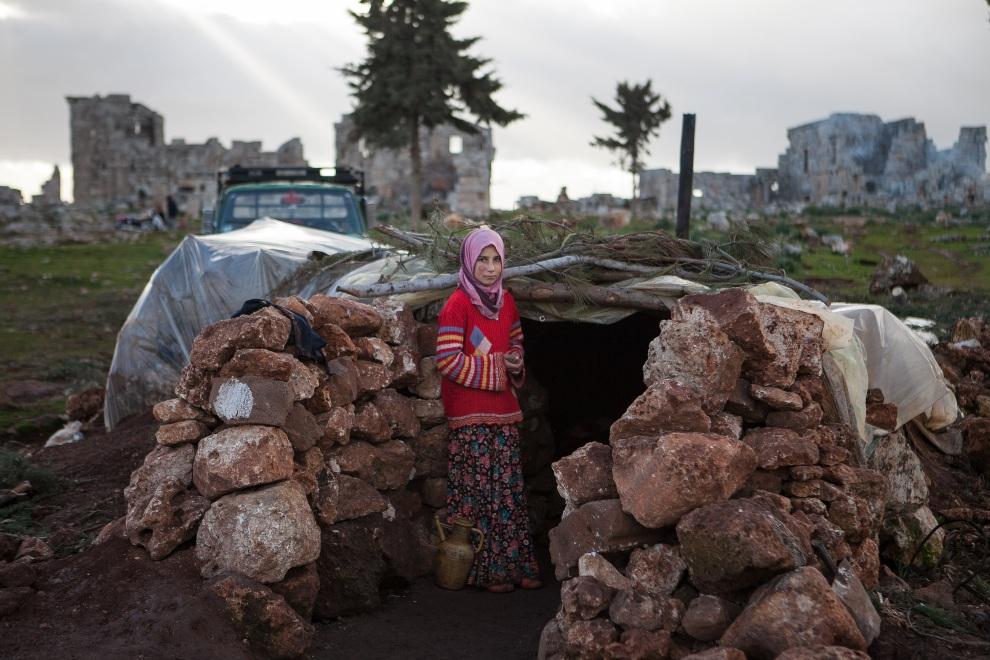 21.SYRIA, Serjilla, 11 lutego 2013: Dziewczynka u wejścia do ziemianki, w której mieszka. AFP PHOTO/DANIEL LEAL-OLIVAS