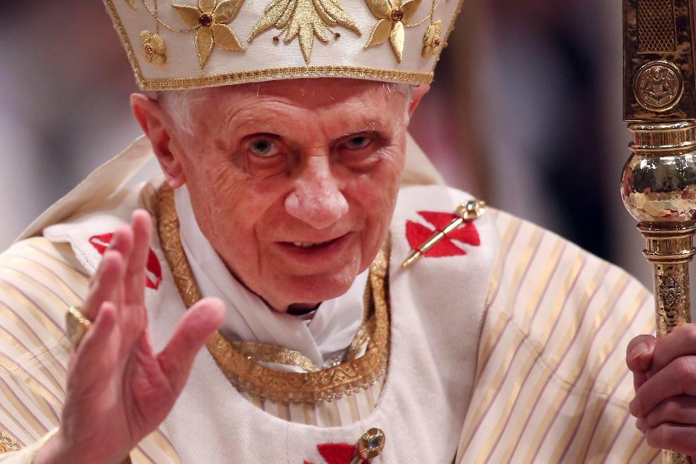 21.WATYKAN, 24 grudnia 2012: Benedykt  XVI pozdrawia wiernych uczestniczących w pasterce. (Foto: Franco Origlia/Getty Images)