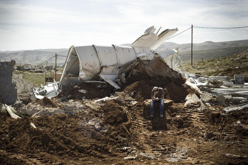 22.AUTONOMIA PALESTYŃSKA, Ma'ale Rechav'am, 13 lutego 2013: Żydowski osadnik modli się na gruzach nielegalnie wybudowanego domu zburzonego przez izraelską   policję. AFP PHOTO JANOS CHIALA