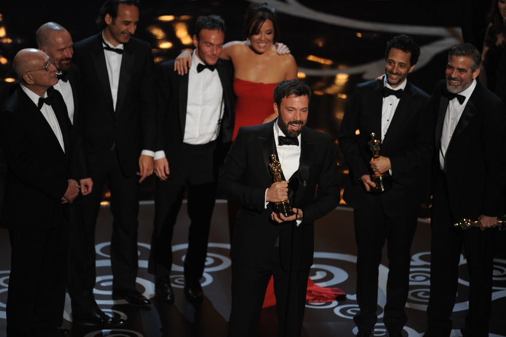 22.USA, Hollywood, 24 lutego 2013: Ben Affleck odbiera Oscara za najlepszy film. AFP PHOTO/Robyn BECK