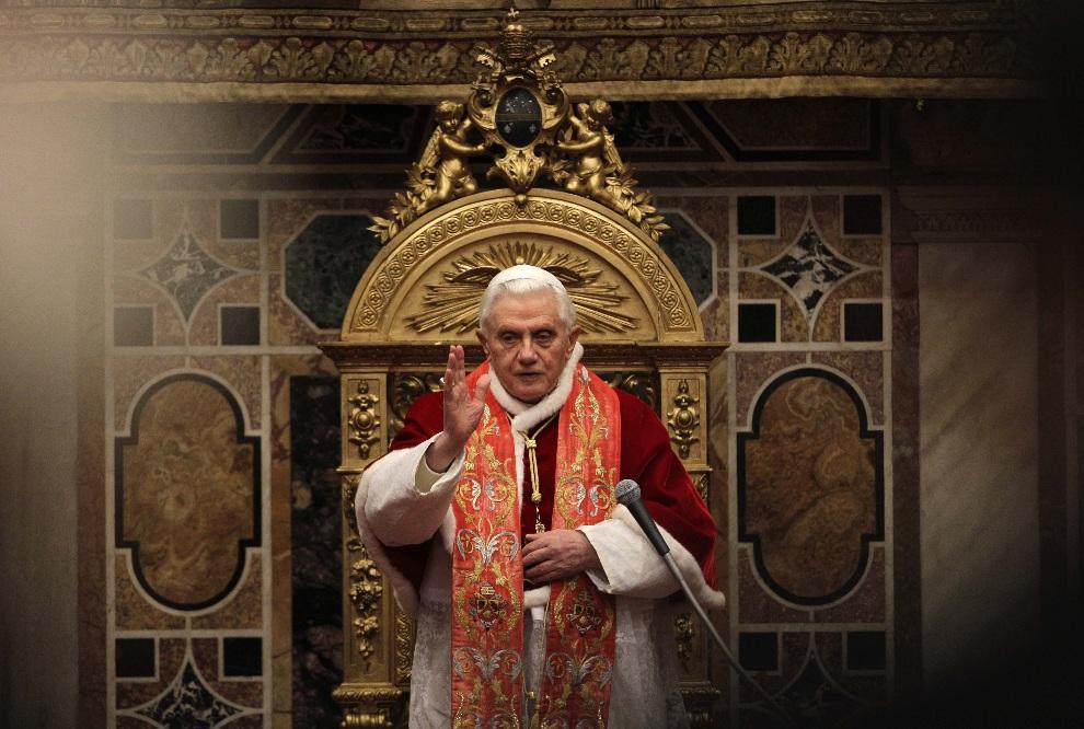 22.WATYKAN, 20 grudnia 2010: Benedykt  XVI błogosławi wiernych podczas audiencji. AFP PHOTO/ Alessandra Tarantino