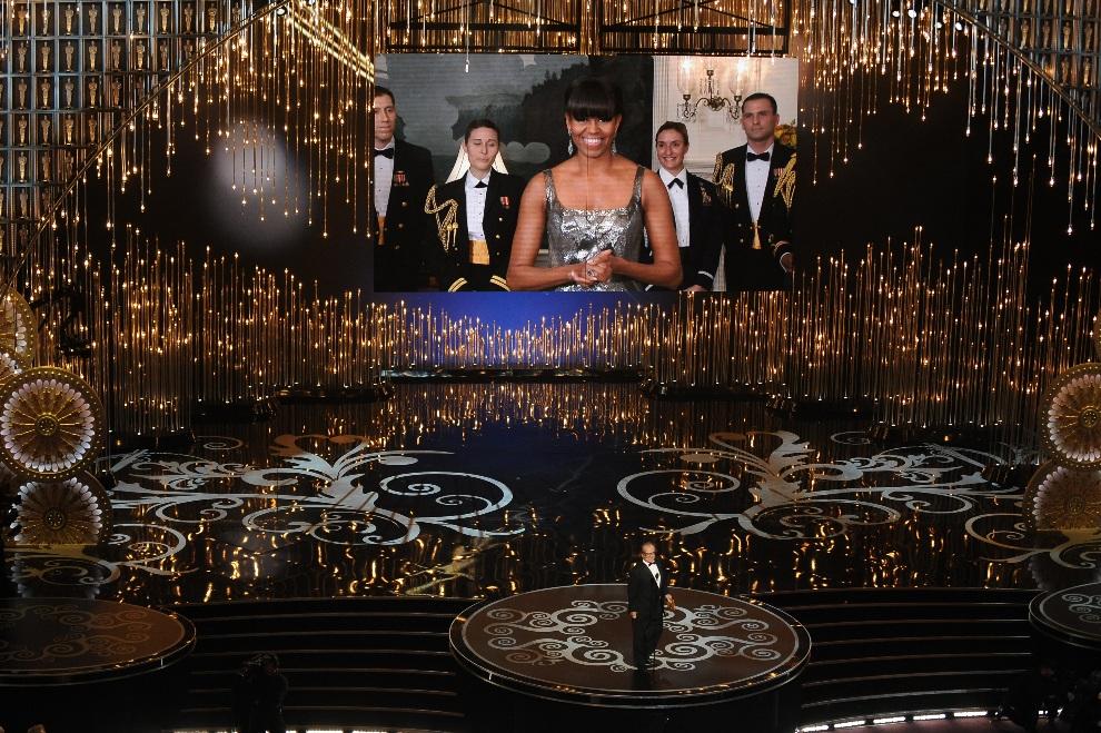23.USA, Hollywood, 24 lutego 2013: Michelle Obama, razem z Jackiem Nicholsonem, wręczają statuetkę za najlepszy film. AFP PHOTO/Robyn BECK