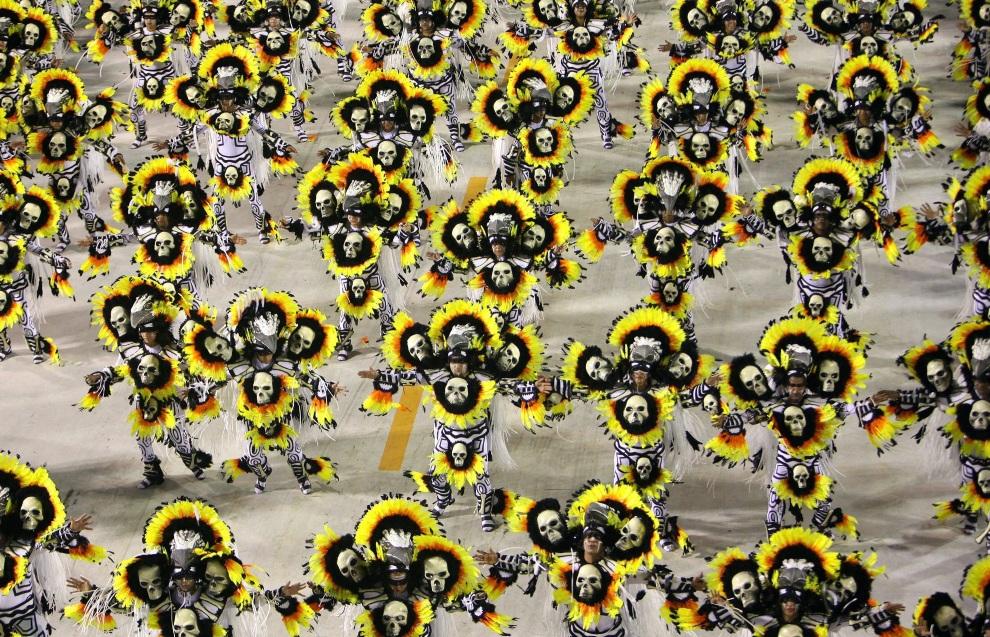 23.BRAZYLIA, Rio de Janeiro, 11 lutego 2013: Grupa taneczna szkoły Imperatriz Leopoldinense. EPA/ANTONIO LACERDA Dostawca: PAP/EPA.