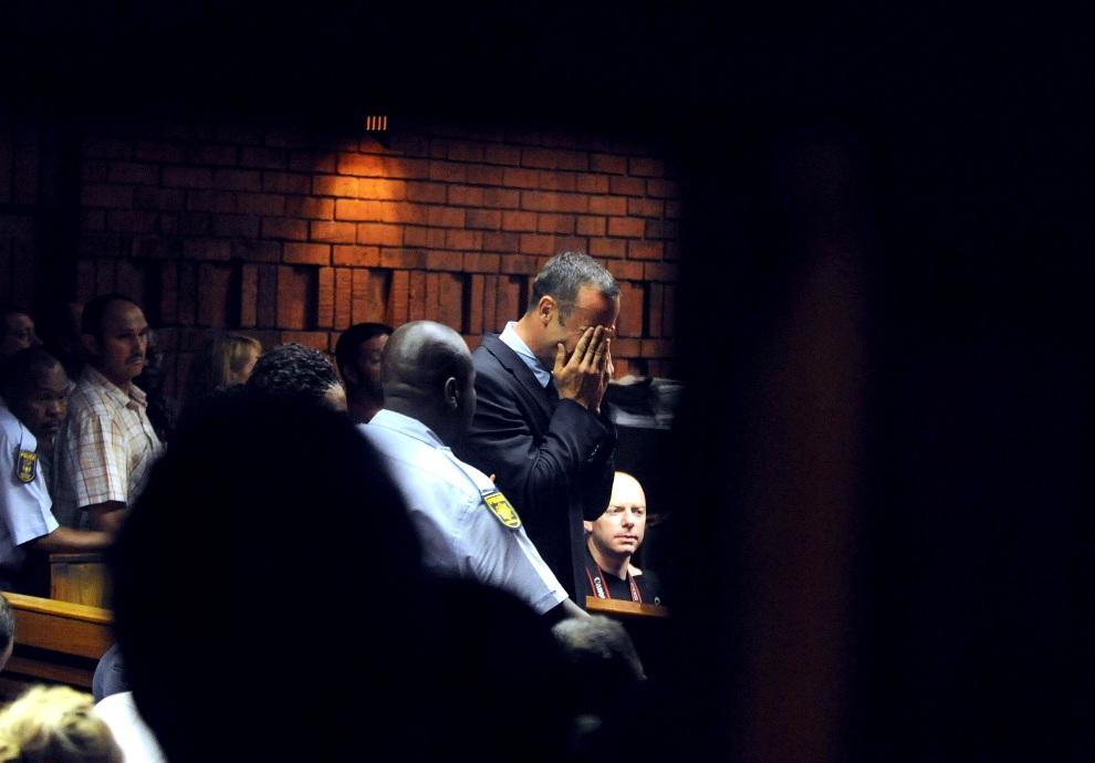 24.RPA, Pretoria, 15 lutego 2013: Oscar Pistorius (po prawej) w trakcie przesłuchania pod zarzutem zabicia swojej narzeczonej  - Reevy Steenkamp. AFP PHOTO/   Antoine de Ras