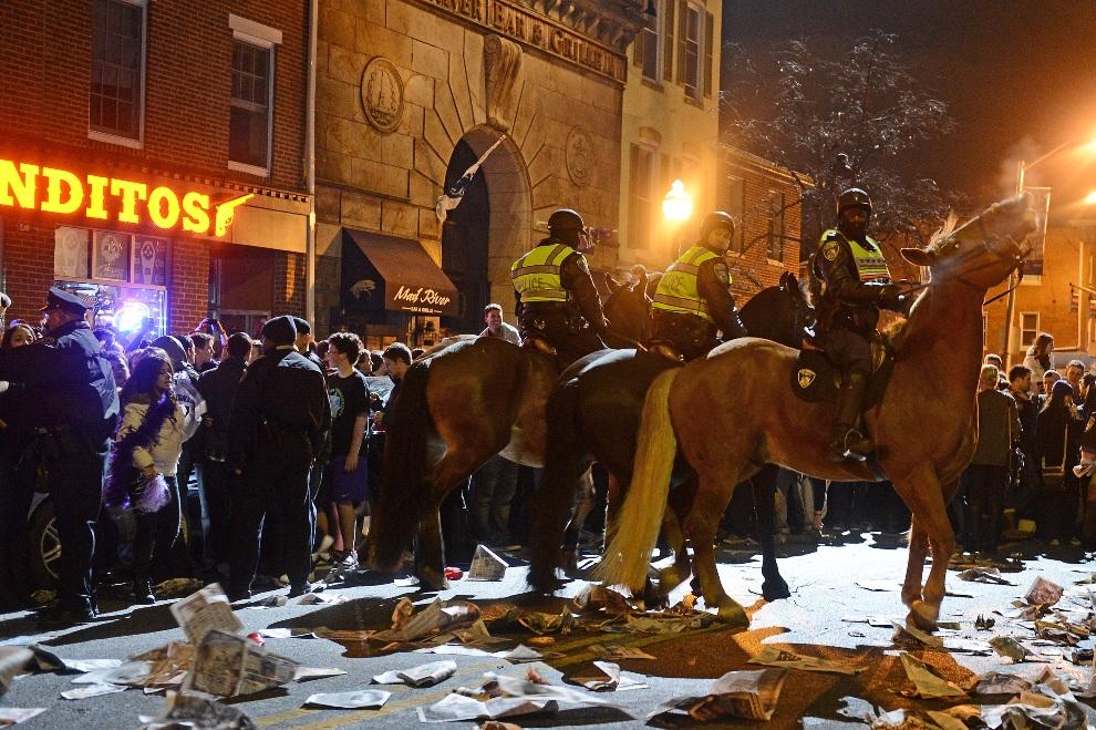 24.USA, Baltimore, 3 lutego 2013: Policjnaci pilnujący porządku na ulicy w Baltimore. (Foto: Patrick Smith/Getty Images)