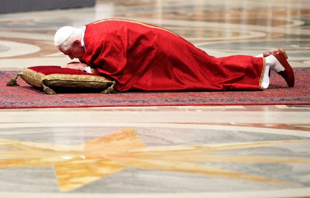 24.WATYKAN, 6 kwietnia 2007: Benedykt  XVI podczas uroczystości wielkopiątkowych. (Foto: Vatican Pool/Getty Images)