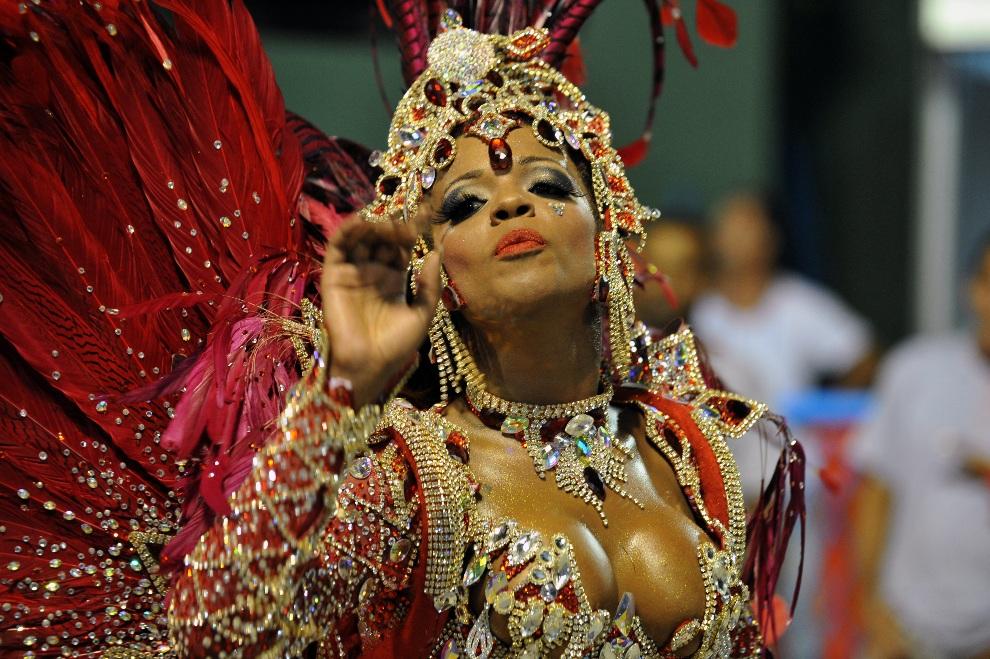 25.BRAZYLIA, Rio de Janeiro, 10 lutego 2013: Tancerka reprezentująca szkołę Academico do Salgueiro. AFP PHOTO / VANDERLEI ALMEIDA