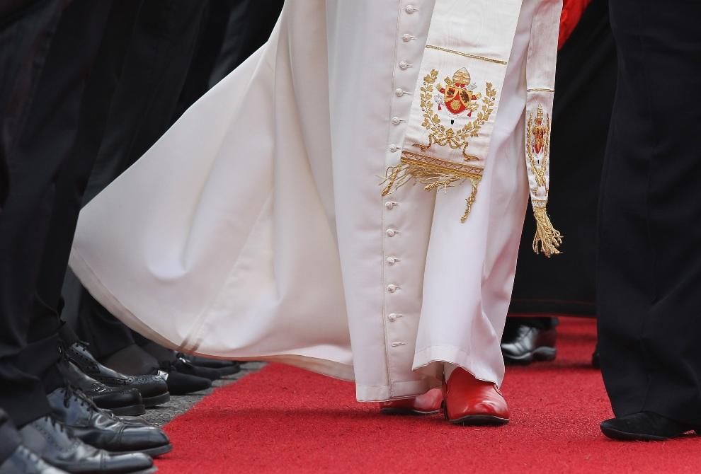 25.NIEMCY, Berlin, 22 września 2011: Benedykt  XVI witany przez delegację państwową podczas pielgrzymki do Niemiec. (Foto: Sean Gallup/Getty Images)