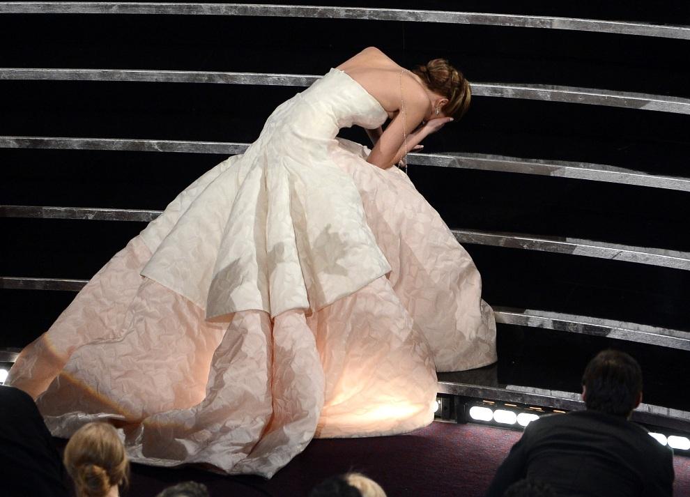 25.USA, Hollywood, 24 lutego 2013: Jennifer Lawrence potyka się na schodach prowadzących na scenę. (Foto: Kevin Winter/Getty Images)